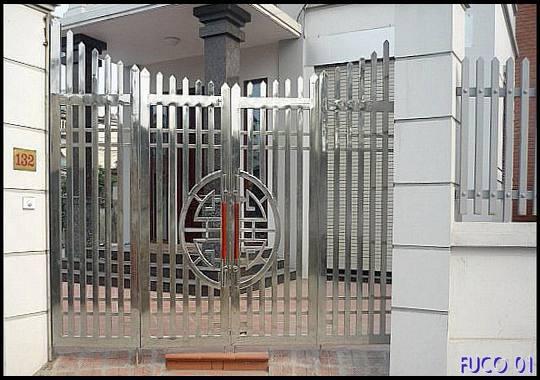Mẫu cổng chính bằng Inox nhà cấp 4